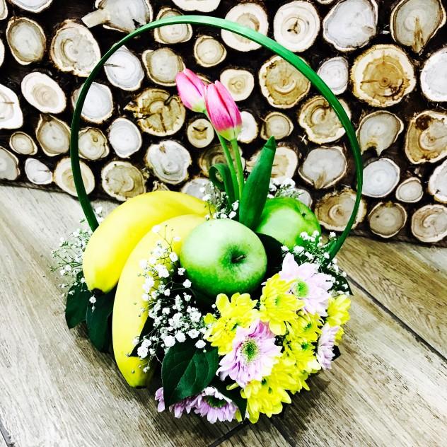 корзинка с фруктами и цветами