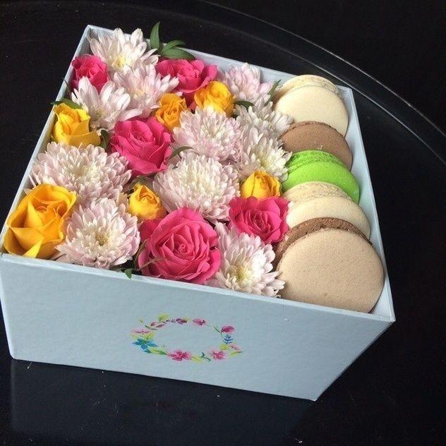 Коробка с нежными цветами и макарунс