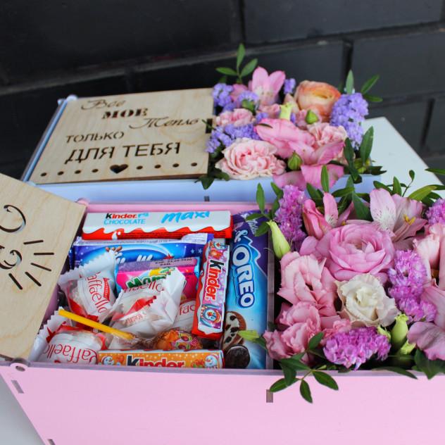 Ящик с цветами и сладостями