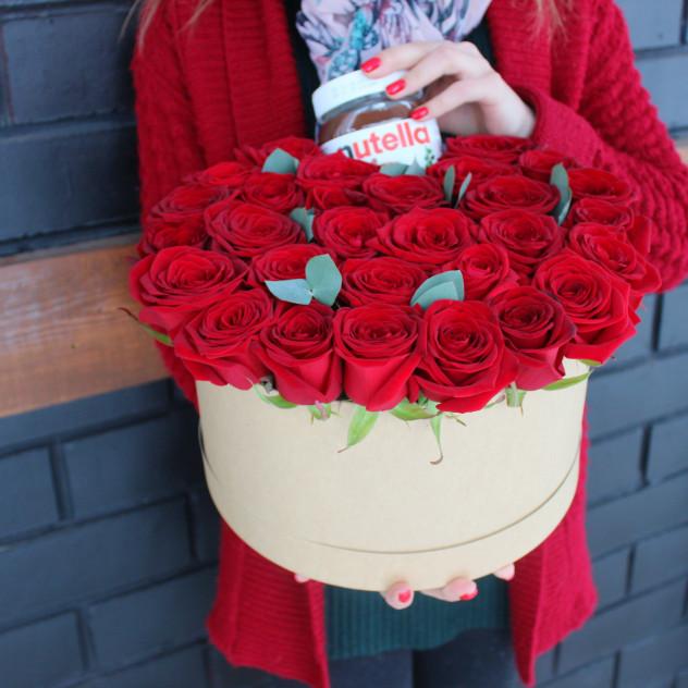 Розы и нутелла в шляпной коробке
